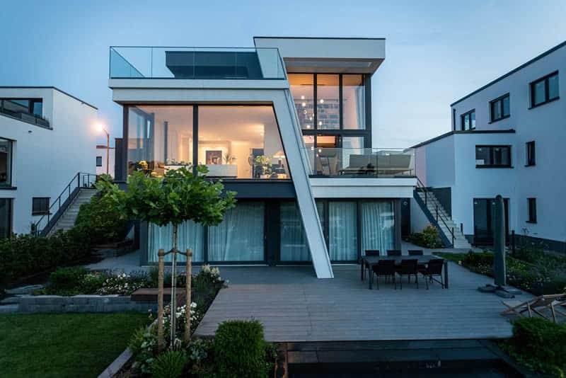 Cubus Haus mit schrägen Elementen und Terrasse