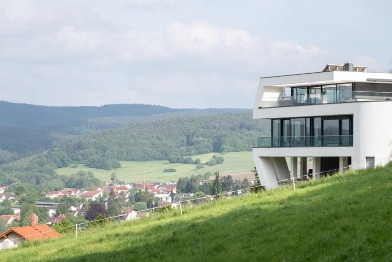 Moderne Hangvilla mit Pool in Erbach
